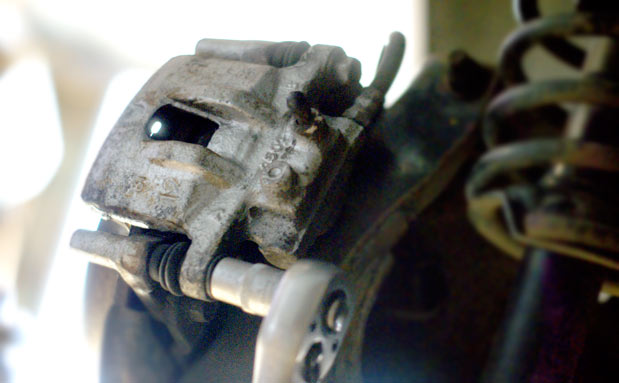 Замена задних тормозных колодок Лансер 10