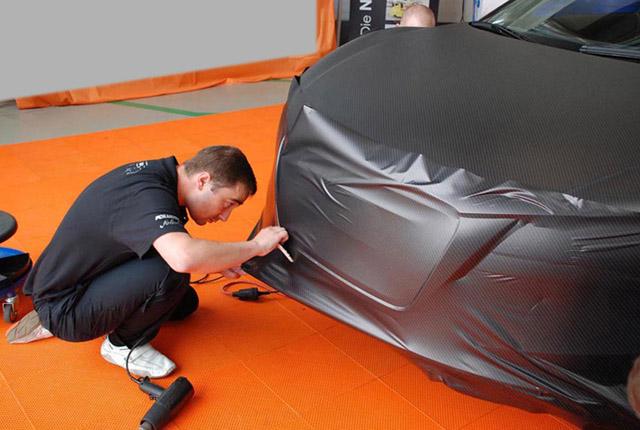 Оклейка автомобиля карбоновой пленкой