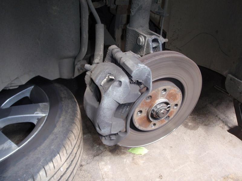 Замена передних тормозных колодок на Пежо 308