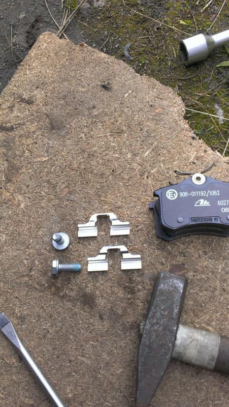 Замена задних тормозных колодок на Пежо 308